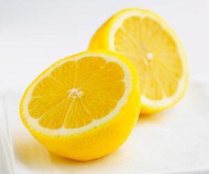 Günde bir limon günlük C vitamini ihtiyacınızı karşılıyor. HDL (iyi kolesterol) seviyesini olumlu etkileyen limon hücreleri de yenileyerek gençlik sağlıyor.