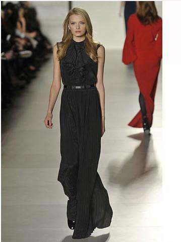 Tommy Hilfiger'dan kapalı yakalı zarif bir gece elbisesi modeli.