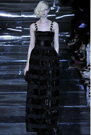 Armani Prive'nin bu siyah abiye modelinde, yatay simli çizgiler ve metal detaylı askılar kullanılmış.