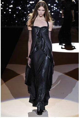 Temperley London'ın gece elbisesi modelleri arasında öne çıkan, siyah parlak saten elbise.
