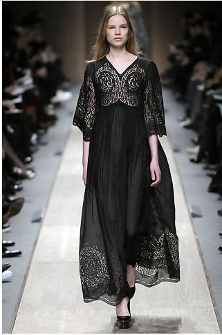 Stella McCartney'den özgün bir işli siyah elbise.