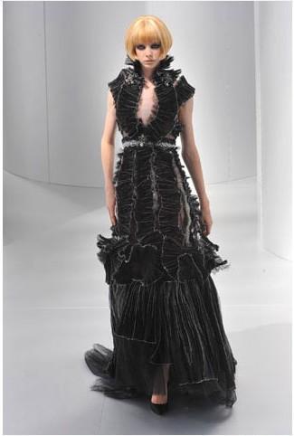 Chanel fırfırlı siyah gece elbisesinde kadife kullanılmış.