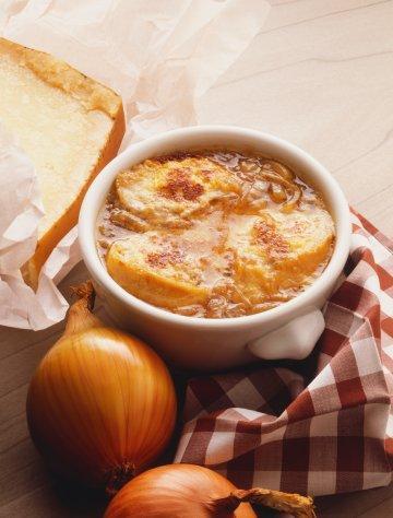 Fransız Soğan Çorbası  Malzemeler:  • 4 soğan (ince doğranmış) • 50 g (1 çorba kaşığı) tereyağı • 50 g rendelenmiş peynir • 1,5 litre su • Tuz ve karabiber • 4 dilim ekmek • Sıvı yağ (kızartmak için) • 2 çorba kaşığı (30) ml mısır unu  Hazırlanışı:  Küçük küçük doğranmış soğanları tencerede altın rengi olana kadar kavurun. Ateşten alın ve biraz soğutun. Üzerlerine 1,5 litre soğuk su dökün. Tuz ve karabiberi koyun. Kapağı kapatarak basıncı en yüksek dereceye ayarlayın. 5 dakika pişirin. Basıncı yavaş yavaş düşürün. Karışımı, biraz suyla karıştırılmış 2 çorba kaşığı (30 ml) mısır unuyla koyultun. kızartma tavasında birkaç dilim ekmeği kızartın. Her bir dilimi dörde bölün. Ekmekleri bir çorba servis kasesinin dibine yerleştirin ve üzerlerine çorbayı boşaltın. Rende peyniri serpin. Çorba kasesini sıcak fırında birkaç dakika ısıtın ve servis yapın.