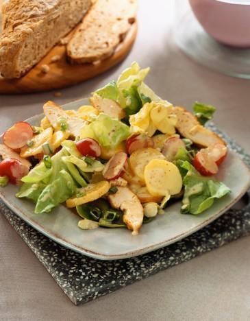 Tavuklu Patates Salatası  Malzemeler:  1 adet tavuk göğsü (haşlanmış), 3 orta boy patates, 2 tatlı kaşığı mayonez 1 büyük kase yoğurt, 5 yaprak kıvırcık salata, 1 diş sarımsak, tuz ve karabiber.  Hazırlanışı  Haşlanmış tavukları iyice küçülecek kadar didikleyin, patatesleri iyice haşladıktan sonra iyice ezin yoğurdu mayonezle karıştırın tuzu isteğe göre sarımsağı ilave edin karabiberi bolca dökün (bu salataya tadını veren tavuğun karabiberli oluşudur) bir tarafta marullari ince ince kıyın, didiklediğimiz tavuğu yoğurt mayonez karışımının içine dökün, marulları ilave edin, iyice yoğurdu yedirin ve ardından patatesleri ekleyin, tekrar karıştırdıktan sonra üzerini bir kaşık yardımıyla düzleştirerek şekillendirin ve en son aşamada üzerine karabiber serpiştirin.