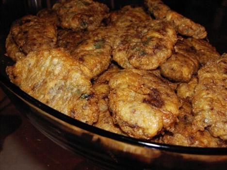 Kadınbudu Köfte  Malzemeler:  • 500 gr. Kıyma  • 1 iri soğan (ince kıyılmış ) • 1 çay bardağı pirinç ( haşlanmış ) • 3 yumurta • Yarım su bardağı un • 1 su bardağı sıvıyağı  • Karabiber • Tuz   Hazırlanışı:  1 kaşık yağda soğanı ve kıymanın yarısını kavurup ılıtın. Haşlanmış pirinci, tuzu, karabiberi ve kalan çiğ kıymayı da ekleyip 1 yumurta kırarak iyice yoğurun. Hazırladığınız köfte harcından ceviz büyüklüğünde parçalar koparıp elde yassı köfteler yapın. 2 yumurtayı iyice çırpın. Köfteleri önce çırpılmış yumurtaya sonra una bulayarak yağda kızartın. Kağıt havlu üzerine çıkarıp servis tabağına dizin. Sıcak olarak servis yapın.