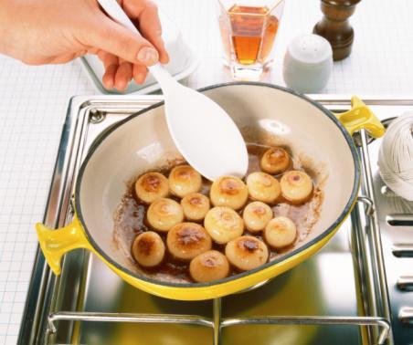 Mantarların daha lezzetli olması için pişirmeden önce üzerlerine biraz tuz ve limon suyu koyun, 5 dakika bekletin. Daha sonra pişirin.