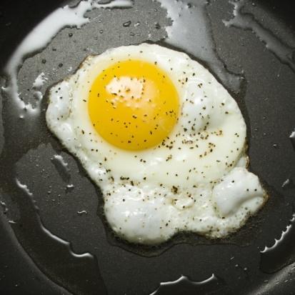 Hazırladığınız omletin tavaya yapışmaması için, önce tavayı ocağa koyup iyice ısıtın sonra yağı döküp kızdırın. Daha sonra karışımı tavaya alın ve ocağın altını kısın.