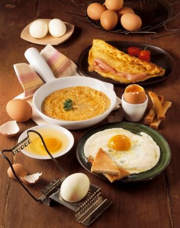 Kabarık bir omlet yapmak istiyorsanız,bir çorba kaşığı suyun içerisine bir çay kaşığı mısır unu karıştırın. Hazırladığınız karışımı yumurtaya ilave edin.Böylece kabarık bir omlet yapmış olacaksınız.