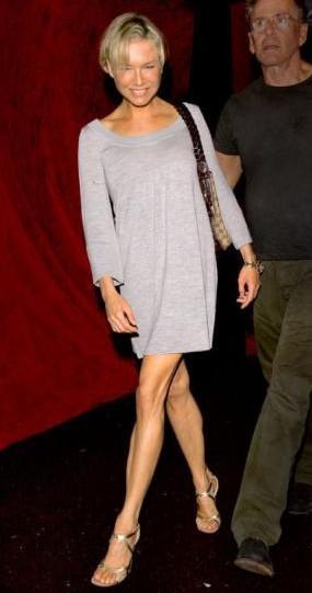 """Dolgunken daha seksi ve güzel görünen Zellweger'in bacaklarından artık tendonları görülebiliyor. """"Bridget Jones'un Günlüğü"""" filmi için kilo alan Renee Zellweger, aldığı kiloları önce sağlıklı bir şekilde verdi, daha sonra kilo vermeyi bir alışkanlık haline getirdi. 40 yaşına 49 kilo olarak giren Renee'yi görenler, onu hiç bu kadar zayıf görmemişlerdi."""