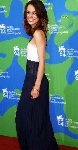 Keira Knightley, Venedik Film Festivali'nde kırmızı halıda yürürken neredeyse tanınmaz hale gelmişti. 60 kiloyken vücut hatlarının güzelliği ile hep el üstünde tutulan Keira, bu hatları korumak yerine 9 kilo birden vererek bu hale geldi.
