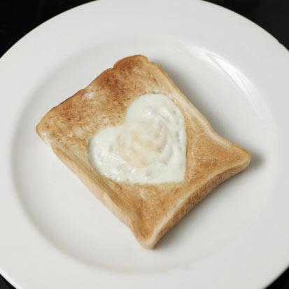 Bir dilim buğdaylı tost ekmeği ve 2 yumurta akı Önünde ağır geçeceği belli bir öğlen yemeği planı varsa kahvaltıda hafif ama enerji dolu bu protein ve karbonhidrat ikilisiyle güne başlayabilirsin.
