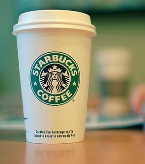Küçük ve yağsız latte Kahveni sütlü içersen hem mide kazınmanı giderici 10 gram protein almış olursun hem de günlük kalsiyum ihtiyacının üçte birini.