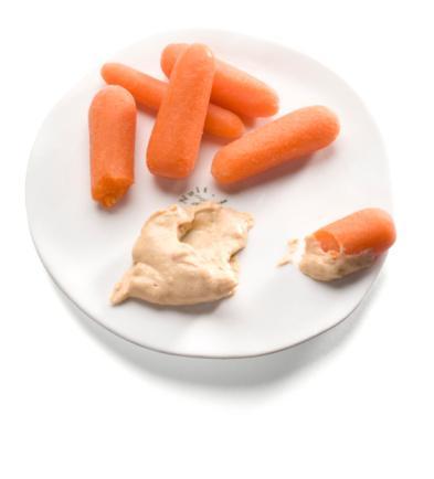 Bebek havuçları ve iki yemek kaşığı humus Çıtır çıtır havuç ağzını meşgul ederken, humusun keskin kokusu da başka bir şey yeme isteğini ortadan kaldıracak.