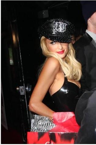 Paris PVC kıyafetiyle!