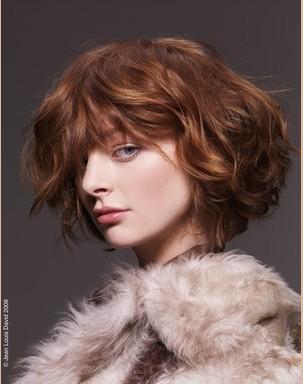 Yumuşak bob kesim  Bütün yaz boyunca Rihanna'nın ve Katie Holmes'in bob kesimini hayranlıkla izledik. Fakat kışın daha yumuşak kesimli boblar moda.   Kimler kullanabilir?   Saçları ince be kolay kontrol edilebilir olan kadınlar rahatlıkla kullanabilir. Geniş bukleler hatta dağınık bir şekilde bile oldukça seksi görünebilir. Dağınık bir görünüm gözlerinizi kapatabilir. Bu yüzden pastel ve canlı renkli bir ruj kullanmayı ikmal etmeyin.   Erica Stipa'nın tavsiyesi  Bu kesim genellikle kare ya da yuvarlak yüzü olan ve çıkık elmacık kemiklerine sahip kadınlar için ideal bir kesimdir. Bu tarz bir bob kesimi her saç tipine uygulanabilir.