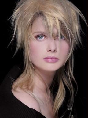 Kim Wilde tarzı kesim  Kim Wilde'ın imzası haline gelmiş bu saç modeli 2009 yılı için güncellendi…  Konsept şu: Saçınızı tepeden topluyor ve uçlarını aşağıya sarkıtıyorsunuz. Birkaç tutam saç da omuzlarınıza doğru düşüyor.   Kimler kullanabilir?   Aslında her saç tipi bu modeli kullanabilir. Fakat fönle düzeltilmeye ihtiyaç duymayan saçlarda daha kolay uygulanabilen bir modeldir. Bu saçla kullanılabilecek en iyi makyaj, hafif ve aydınlık renklerin kullanıldığı makyajdır.   Erica Stipa'nın tavsiyesi  Bu model oval yüzlere ve uzun boyunlu kadınlara gerçekten çok yakışıyor. Eğer saçınızı kestirirken ustura kullanırsanız, kesimin daha uzun süre dayanmasını sağlayabilirsiniz.