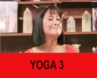 YOGA 3 Bir kaşığı şekilde gibi ağzınıza koyarak yukarı kaldırın. 10 saniye bekleyin. Bu hareketi de günde 3 kez uygularsanız yüz kaslarınızdaki sarkmaları önlemiş olacaksınız. Güzellik Yogası yalnızca yüz hareketlerinden mi ibaret? Güzellik Yogası nefes, doğru beslenme ve doğru egzersizi kapsar. Öncelikle diyaframdan nefes almayı öğrenmemiz lazım ki yüzümüz oksijen alabilsin. Doğru ezgersizden kastım ise yüz hareketleri, sağlık hareketleri ve estetik hareketler... Bunlar arasında en önemli olan sağlık hareketleridir. Bunlar omurgaya ve bağırsaklara yönelik hareketler. Estetik hareketler ise kalçanın ya da göğüslerin sarkmaması, belin incelmesi için verdiğim hareketlerden oluşuyor.