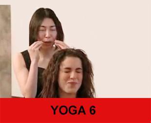 YOGA 6Ağzınızı tam olarak açıp 3-4 saniye bekledikten sonra dudaklarınızı da büzüştürerek gözlerinizle birlikte kapayın.Kaşlarınızı çattıktan sonra mutlaka günde 5-10 kez avuçlarınızla alnınızı germelisiniz.Gülmenin yüz kasları için yanlış olduğu tezini de çürüten bu yoga egzersizlerinde yanak kaslarının kısa olmasının daha sağlıklı olduğu belirtilirken gülmekten kesinlikle uzaklaşılmaması gerektiği de belirtiliyor.Güzellik Yogası'na başlayan öğrenciler nasıl bir sürece tabi tutuluyor?  Öncelikle öğrencilere bir form doldurtup, yaşlarını ve geçirdikleri hastalıkları öğreniyorum. Ardından öğrencinin bir resmini çekiyorum ve yüzündeki sorunlu bölgeleri belirliyorum. Herkes için verdiğim birtakım genel hareketler var. Herkese yüzünün ihtiyaçlarına uygun bir egzersiz programı veriyorum.