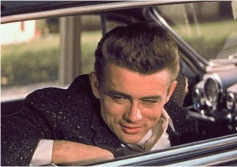 JAMES DEAN   1950'li yılların beyazperde efsanesi... ve hala efsane. Cennetin Doğusu, Asi Gençlik gibi unutulmaz filmlerde oynadı. Henüz 24 yaşındayken kendi kullandığı arabayla geçirdiği trafik kazasında öldü.