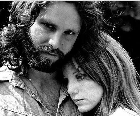 JIM MORRISON   Ünlü The Doors grubunun 'beyni'. O da 27 yaşındayken aşırı dozda uyuşturucunun sebep olduğu kalp krizinden öldü.