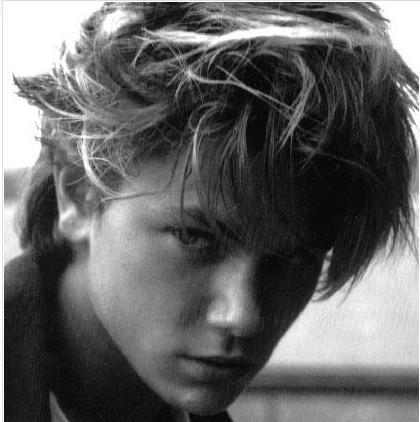 RIVER PHOENIX   Günümüzün ünlü aktörü Joaquin Phoenix'in erkek kardeşi. Indiana Jones and the Last Crusade filmiyle ününün doruğuna çıktı. Eğer yaşasaydı Vampirle Görüşme filminde Christian Slater'ın oynadığ rol onun olacaktı. 23 yaşında aşırı dozda uyuşturucunun sebep olduğu kalp krizinden öldü.