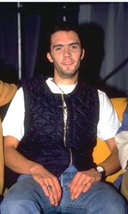 UZAY HEPARI   Türk pop müziğinin harika çocuğu çok sevdiği motosikletiyle geçirdiği trafik kazası sonucunda öldüğünde sadece 26 yaşındaydı.