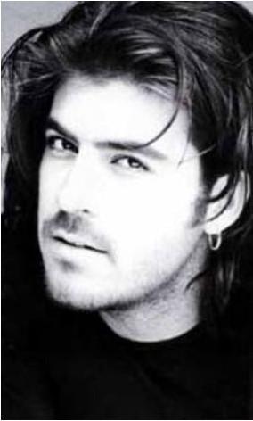 KERİM TEKİN   'Kar Beyazdır Ölüm' şarkısıyla hafızalarda yer eden Tekin, 23 yaşındayken trafik kazasında öldü.