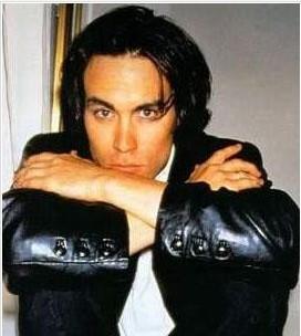 BRANDON LEE   Ünlü aktör Bruce Lee'nin oğlu. Oyuncu ve yönetmen.The Crow (Karga) adlı filmin çekimleri sırasında yanlışlıkla vurulup öldüğünde 28 yaşındaydı.
