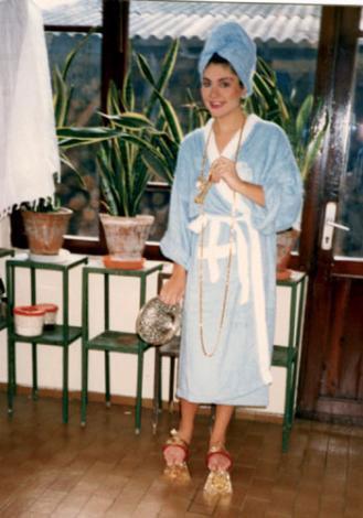 SİBEL CAN Hakan Ural'la evlenmeye karar veren Sibel Can, 1988'de kıyılan nikahtan bir hafta önce 'gelin hamamı' için Mihrimah Sultan Hamamı'na gitmişti. O dönemde Can'ın bu hamam sefası uzun süre konuşulmuş, gündemden düşmemişti.