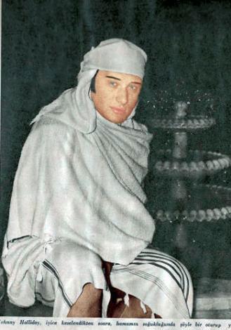 JOHNNY HOLLIDAY Bir döneme damgasını vuran ünlü Fransız şarkıcı Johnny Holliday, 1966 yılında İstanbul'a gelmişti. Boğaz'ı, Kapalıçarşı'yı, kebapçıları ve Sultanahmet'i gezen sanatçı, sonra da Galatasaray Hamamı'na gitmişti.