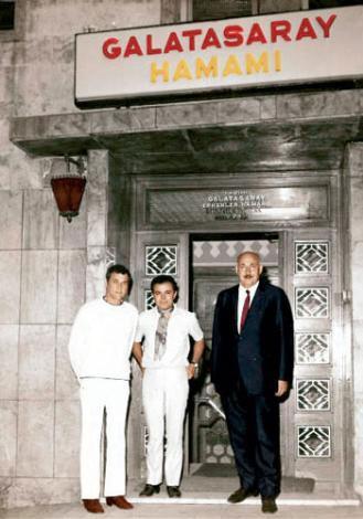 TONY CURTIS Yıl, 1968. İstanbul'da çekilen 'Paralı Askerler' filmi kentte büyük bir heyecan yaratmıştı. Dönemin dünya sinemasında zirvede olan isimlerinden Tony Curtis, filmin çekimleri için geldiği İstanbul'da, Galatasaray Hamamı'na da uğramadan ülkesine dönmemişti.