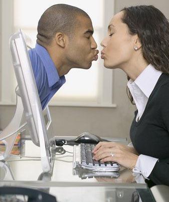7 Numaralı öneri – Online aşkı deneyin!  Aslında internet üzerinden birileriyle tanışma daha çok kendini eve kapatmış ve insanlarla kolay tanışamayan kişiler içinmiş gibi görünebilir. Ama bu özellikleri taşımayan milyonlarca insan online aşkı tercih ediyorlar. İnternet üzerinden birileriyle tanışmanın en iyi yönü, ilk adımı karşıdan beklemek ya da kalabalık bir mekanda onun dikkatini çekmek zorunda olmamanız. O sizin için sadece 1 tık ötede… Üstelik tanımak ve aradığını bulmak şimdilerde yapılan çöpçatan siteler sayesinde daha da kolay. Çünkü insanları zevklerine, dinine, milliyetine göre ayırıyorlar…