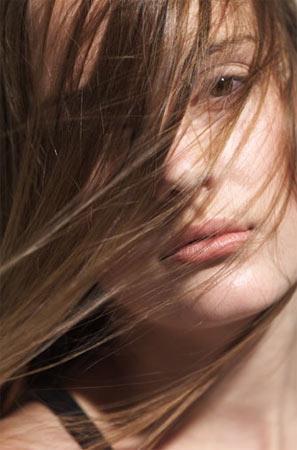 6 Numaralı öneri – Görünüşünüzü değiştirin!  Eski görünüşünüzün üzerinde ufak tefek numaralar denemeye bir son verin artık. Geçmişten kurtulmanın en iyi yollarından biri bilirsiniz ki saçınızı değiştirmektir. Radikal bir saç kesimi deneyin ve saçlarınızı başka bir renge, mümkünse daha dikkat çekici bir renge boyayın. Hatta giyim tarzınızı bile değiştirebilirsiniz. İnanın bize, insanlar sizdeki değişikliği ve taze görünüşünüzü hemen fark edecekler…