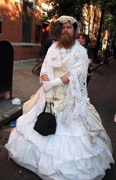 Lütfen gelinlik giyme işini kadınlara bırak!!!
