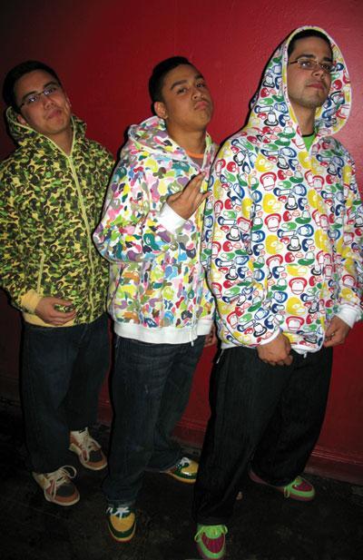 """""""Acaba üçümüz aynı giyinsek ne kadar cool görünürüz, bütün kızlar bize bayılır..."""" Evet bayılır; gerçek anlamda!"""