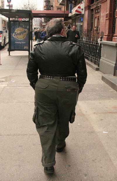 40 yaşını geçtikten sonra kısa ceket giymeyi bırakmak iyi bir çözüm olacaktır... Özellikle de bu kadar narin(!) bir kalçaya sahipseniz....
