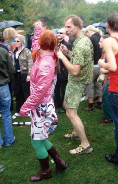 """""""Bir adet yeşil çorabım var, pembe bir montum, kahverengi botlarım ve beyaz retro desenli bir eteğim. Acaba bunları bir arada giysem ne kadar dikkat çekerim..."""""""